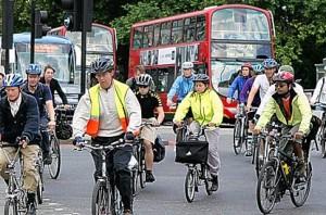 londra sokaklarinda bisiklete binenler
