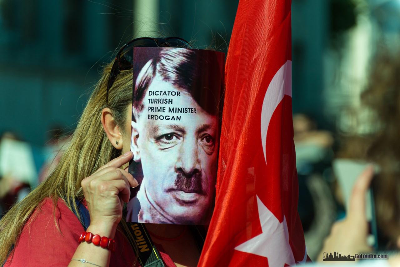Londra'da Protestolar Trafalgar Square'de Devam Ediyor